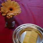 キャノン - バターと卓上のお花