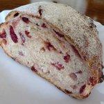 パンの店 PANETON - ぶどう酵母 クランベリーのパン(ハーフ)215円