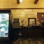 ほうとう松木坂 - いかにも食堂然とした店内。
