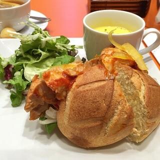 メゾンカイザー 近鉄あべのハルカスタワー館店 - シェフのサンドセット さつまいもパンの丹波鶏スパイシーチキンサンド