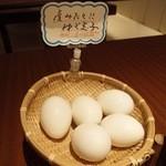 さくらや - テーブルの上には「産みたて!ゆで玉子」が置いてあって, 食べ放題です。