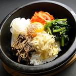 韓国家庭料理 済州 - ◇石焼ビビンパ◇味付野菜とミンチ肉のバランスのとれた五目御飯を石焼の器で焼きました。