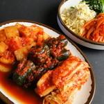 韓国家庭料理 済州 - ◇キムチ盛り合わせ(手前)&ナムル盛り合わせ◇