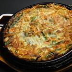 韓国家庭料理 済州 - ◇海鮮チヂミ◇エビ、イカ、あさりなどの入った食材に粉や玉子の衣をつけて贅沢に焼き上げたものです。