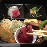 肴 - 松花堂風肴弁当(980円)新鮮マグロのお造り