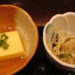 318206 - 小鉢2つは卵豆腐ともやしの胡麻和えでした