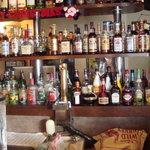 バグダッドカフェ - 店内はウイスキーの瓶がいっぱいですよぉ