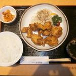 大使館 - 唐揚げ定食ボリューム満点、この量で620円。学生に人気です
