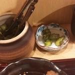 和久良 - 卓上に壺があり漬物はセルフ
