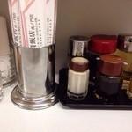 長崎飯店 - 卓上に置かれた調味料など
