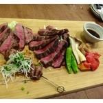 31809381 - 「牛タンの炭火焼(800円)」「イチボ200g(3000円)」と「ランプ100g(1600円)」「焼き野菜(1200円)」                       キレイな盛り付けですが、早く食べないとお肉が冷えて固くなります