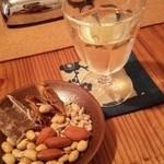 よるべ - グラスワインとナッツ&ドライフルーツ