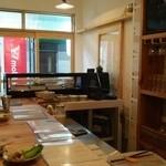 よるべ - 鮨屋のネタケースのなかにはタパスが