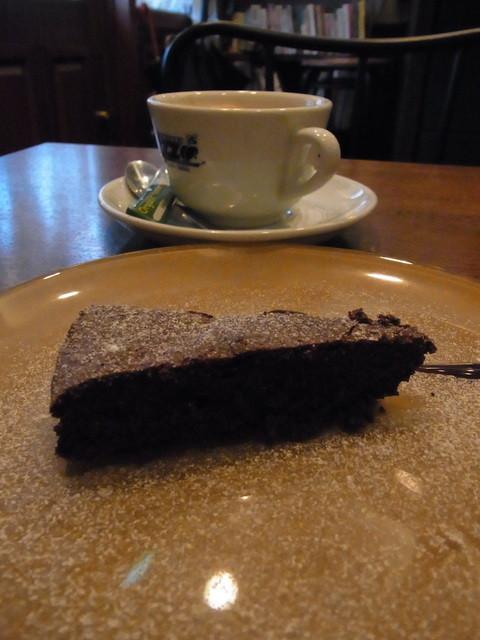 ミハシカフェ - デザートのガトーショコラとカフェラテ