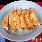 宇都宮みんみん - 焼餃子(6コ/230円)♪ みんみんの餃子は1つ1つが大っきいのね! 野菜もたくさん入ってるみたいで美味しい(^^♪ 焼餃子は皮がパリッとしてて中身ジューシィ♪