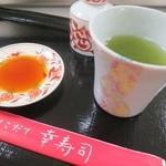 幸寿司 - お茶をいただきながら待ちます。