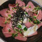 31819467 - ローストビーフ丼 850円+大盛り150円