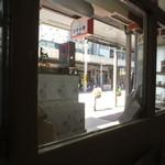 コーヒーショップかすみ草 - 窓からは、北野商店街が見えます。