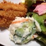 31831462 - ポテサラは具だくさん、野菜サラダにはハム混じり