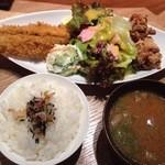 31831466 - 大アジ・唐揚げ定食(1000):ワカメたっぷりの味噌汁
