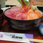五郎鮨 - ランチ「日替り刺身丼 1,100円」丼横から