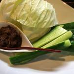 厳選日本酒と四季の肴 おでんや潮 - 自家製肉味噌のスティック野菜とキャベツ(^ω^) 自家製肉味噌ときいて即オーダー!肉味噌美味しくおつまみになります。