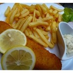Drosselhof - タルタルソースとフライドポテトの焼いた魚・・これはマックのフィッシュフライのビッグサイズのお味に似ております。 量が多いので、食べきれません。