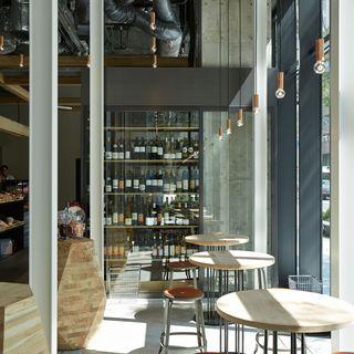 <カフェ>昼はランチセット、夜はワインと料理を一皿