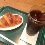 31858691 - アイスコーヒーとクロワッサン