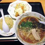 31859220 - 【ランチ】 高菜ラーメン、エビフライタルタルソース、ミニチャーハンのセットで750円