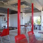 ハーヤナゴミカフェ - 赤と白を基調にしたお洒落な店内