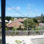 ハーヤナゴミカフェ - 窓からは竹富の集落が見えます