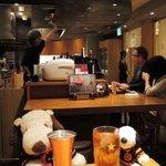 鉄板酒場 犇屋 - カウンター席に座ると目の前の鉄板で、 焼いてるところが見れるよ。  まずは乾杯!!