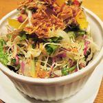 鉄板酒場 犇屋 - 10種類野菜の鑽々サラダ480円。 お野菜が新鮮で、ドレッシングとトッピング(フライド・オニオン?)が 美味しいね。セロリもいいアクセントになっています。