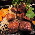 鉄板酒場 犇屋 - うん、これは美味しい~!お肉がすごくやわらかくて、 噛む度にお口の中がお肉のうまみでいっぱいになります。