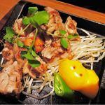 鉄板酒場 犇屋 - 朝引き鶏ももステーキ 680円。       串焼きが美味しかったのでこちらも注文してみました。