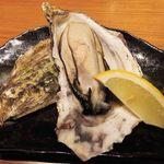 鉄板酒場 犇屋 - 北海道産殻付牡蠣鉄板焼一枚 380円。       大つぶの牡蠣だよ。ぷりぷりしていて美味しい~!