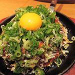 鉄板酒場 犇屋 - フワトロ玉880円+トッピング(青ねぎ50円、玉子50円)。       山芋トロロをふわふわに焼いたものなんだけど、       玉子と葱と一緒に食べると、すごくよく合うな~♪