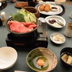 赤坂松葉屋 - すき焼き、奥に見えるのがコロッケ