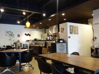カフェ&キッチン ドリトル - オープンキッチンの横にはフェンダーの巨大なギターアンプが