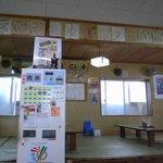 新山食堂 - 券売機。正面には営業時間10:00~と書かれているが側面は・・。