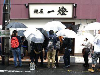 麺屋一燈 - 雨の中、相変わらずの大行列。