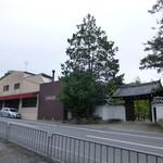IL PAPPALARDO - 左が店舗。右の門は