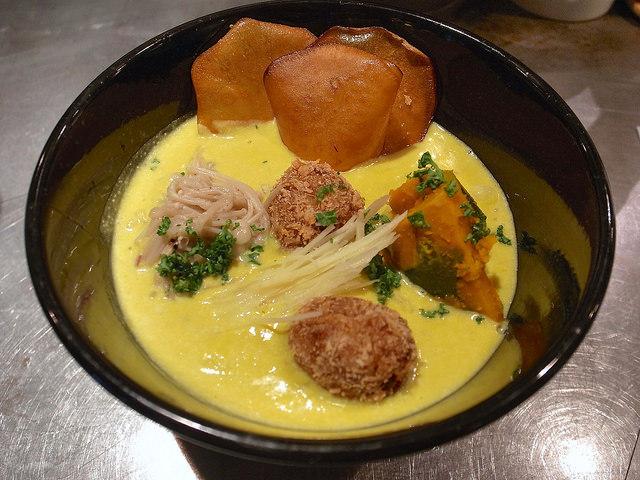 ソラノイロ Japanese soup noodle free style 本店 - 【10/31まで】ソラのハロウィン黄彩麺(900円)