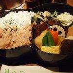 らく万 - ひょうたん弁当(紅白)。味付け濃いめのお弁当です。白ご飯なら800円、お赤飯なら1000円、紅白は900円です。