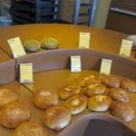 あらぱん - BGMにクラシックを使い高級感が溢れる店内にはソフト系からハード系まで様々な焼きたてパンが並んでいます