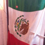 アンベ・クァトロ - 階段を下りるとメキシコ国旗 2014.10