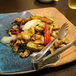 ひすい亭 - 鶏肉のバーベキューソース炒め(750円)ピリリッと効いた唐辛子の辛味と バーベキューソースの相性抜群