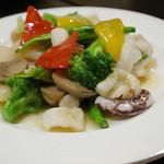 ひすい亭 - 海鮮塩味炒め(950円)彩り野菜と海の幸がたっぷり入ってあっさりとした味付け