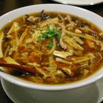 ひすい亭 - ひすい亭さんの1番人気の麺料理。酸辣湯麺(サンラー湯麺) 650円